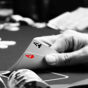 Politistii din Otelu Rosu joaca poker pe bani!