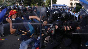 Jandarmi agresivi fara insemne de identificare