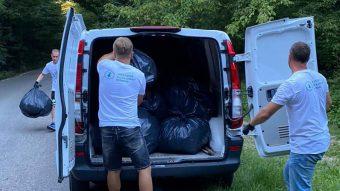 Gunoaiele stranse de ecologisti sunt transportate